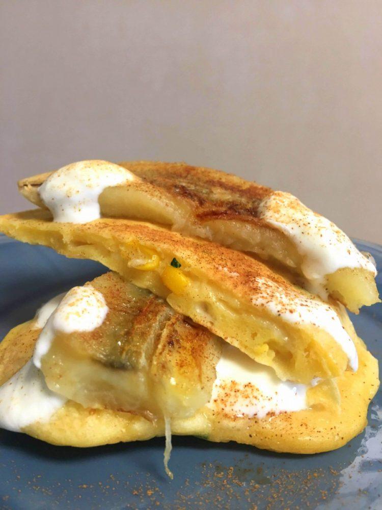 Panquecas salgadas com banana caramelizada