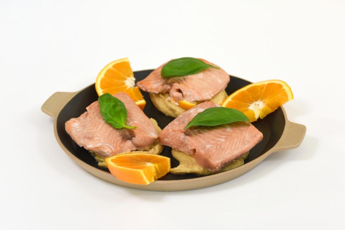 Salmão no forno com molho de laranja e húmus