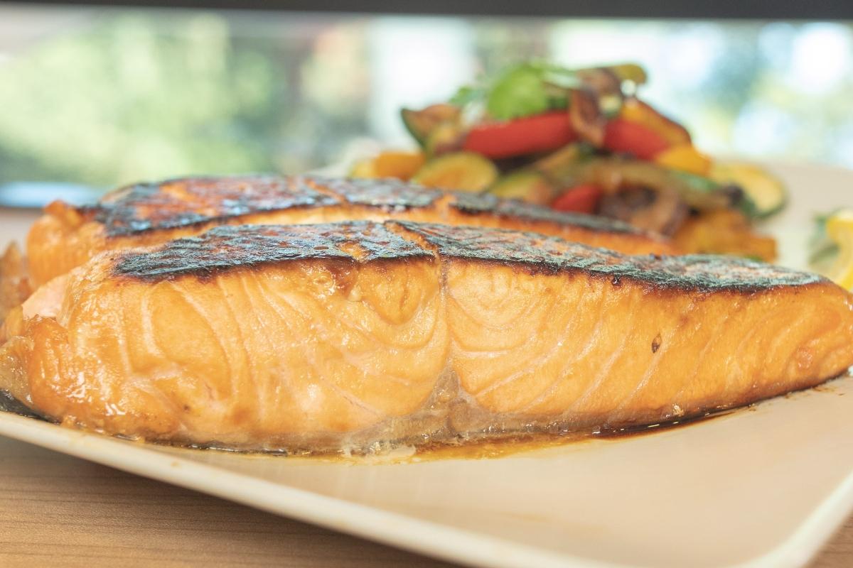 salmão com molho de soja e gengibre