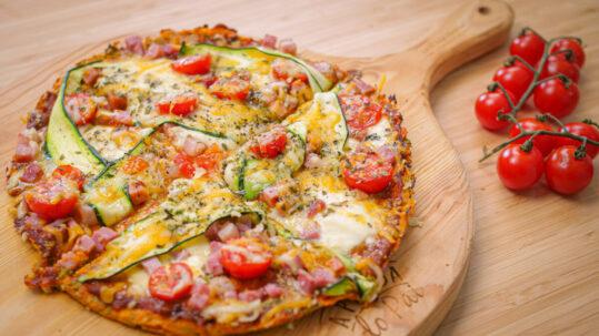 Pizza com base de brócolos e de batata doce