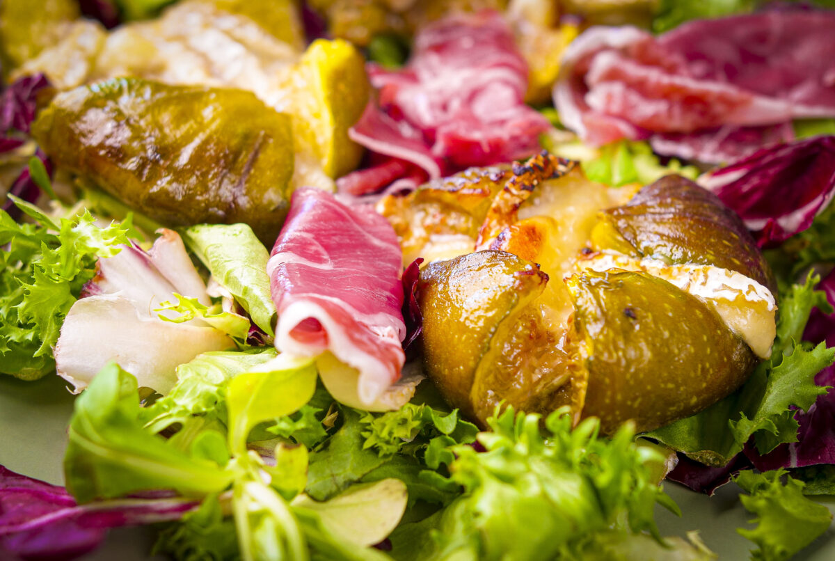 Salada figos assados com queijo de cabra e presunto