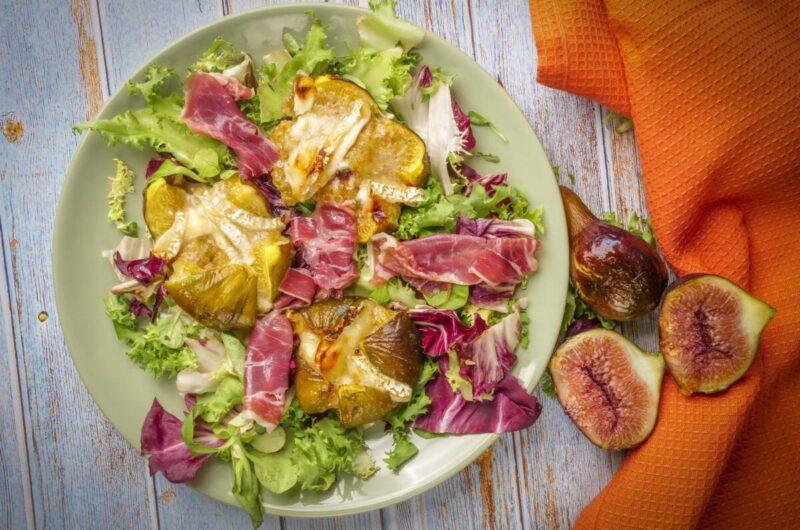Salada de figos assados com queijo de cabra e presunto