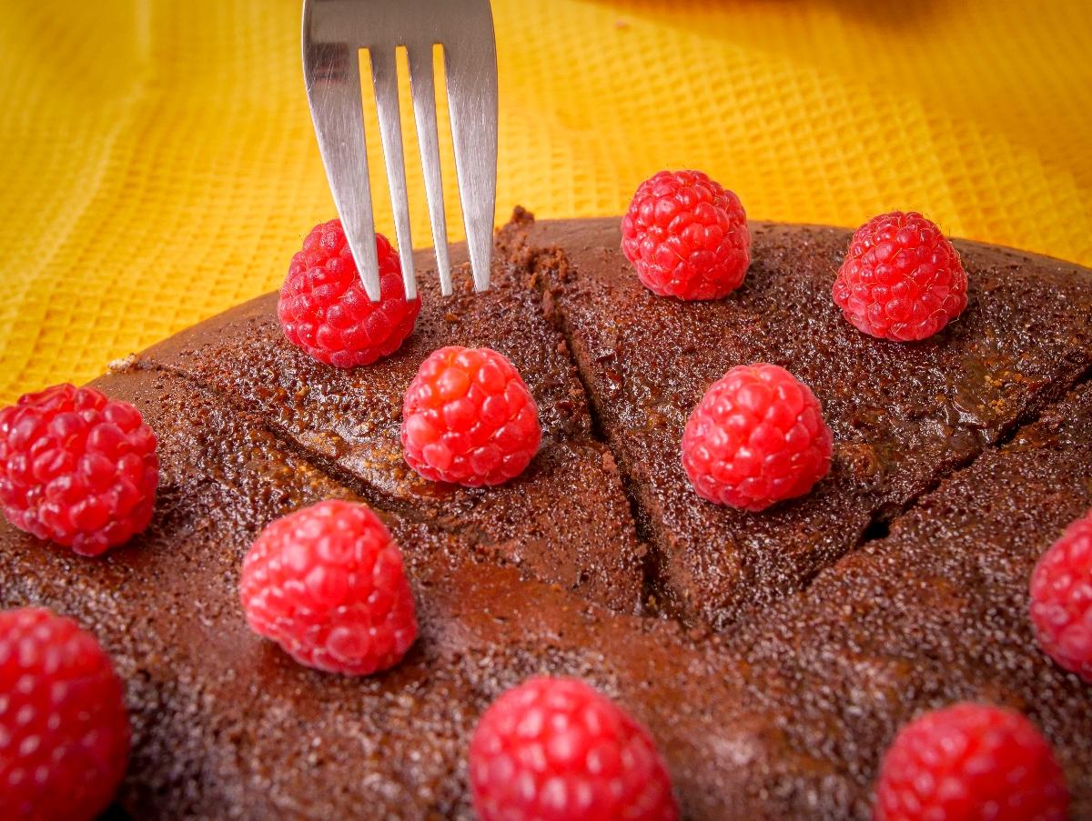 Bolo de chocolate crocante com coração de mousse